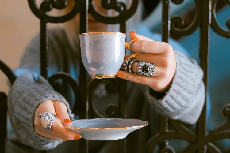 Jak dobierać biżuterię? Mini poradnik. ręce z kawą