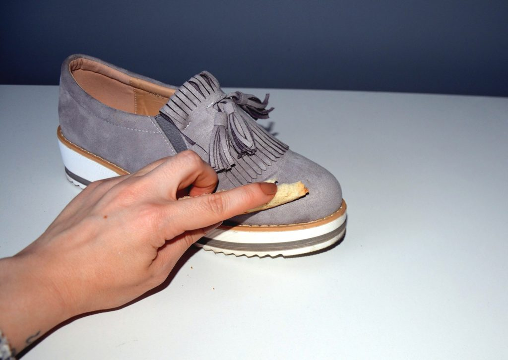 5 prostych i przydatnych trików modowych przy użyciu domowych rzeczy. jak pozbyc sie rys z butow