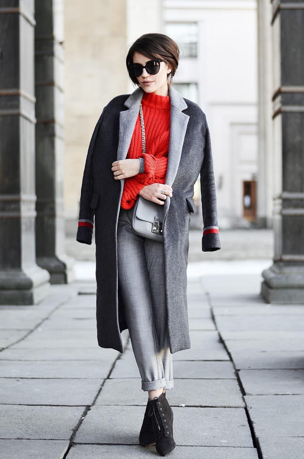 Z czym nosić czerwień? Jakie kolory pasują do czerwieni? czerwień i szarość płaszcz