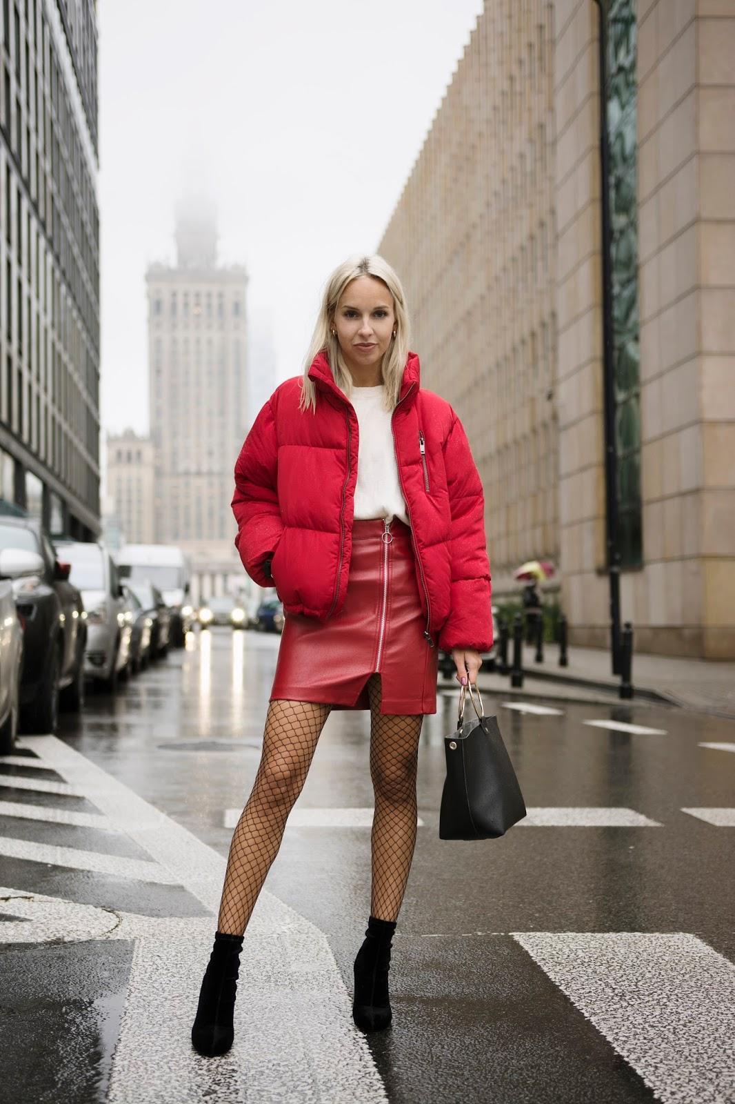 Z czym nosić czerwień? Jakie kolory pasują do czerwieni? czerwona skórzana spódnica czerwona bomberka