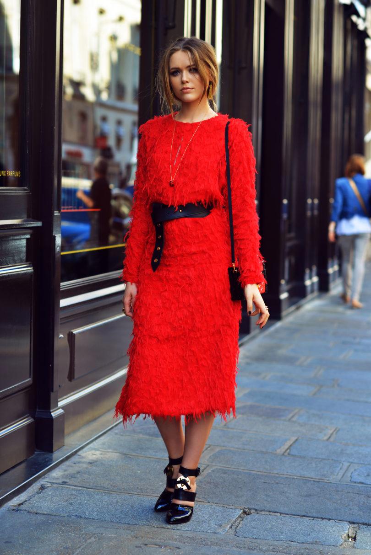 Z czym nosić czerwień? Jakie kolory pasują do czerwieni? czerwona sukienka czarne dodatki