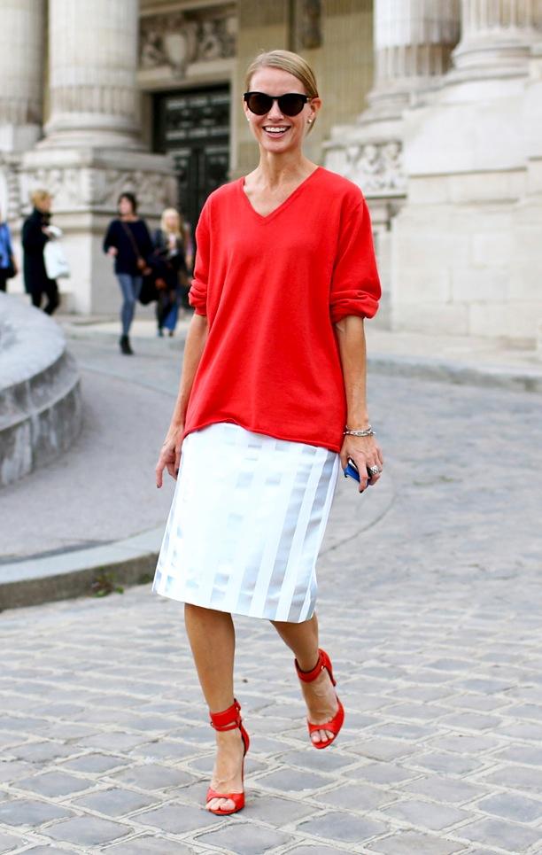 Z czym nosić czerwień? Jakie kolory pasują do czerwieni? biała spódnica