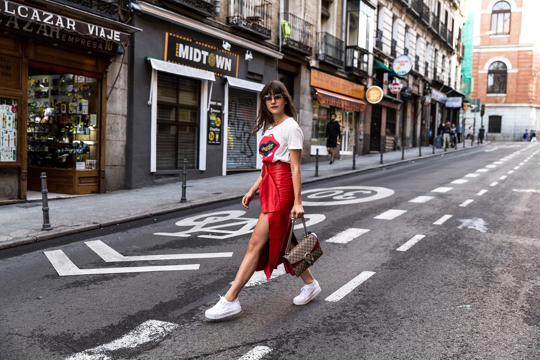 Z czym nosić czerwień? Jakie kolory pasują do czerwieni? czerwona spódnica skórzana biały tshirt wrangler