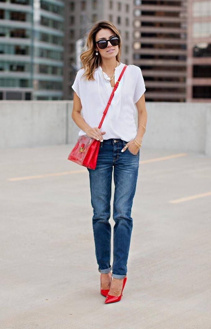 Z czym nosić czerwień? Jakie kolory pasują do czerwieni? jeansy i biała koszula czerwona torebka