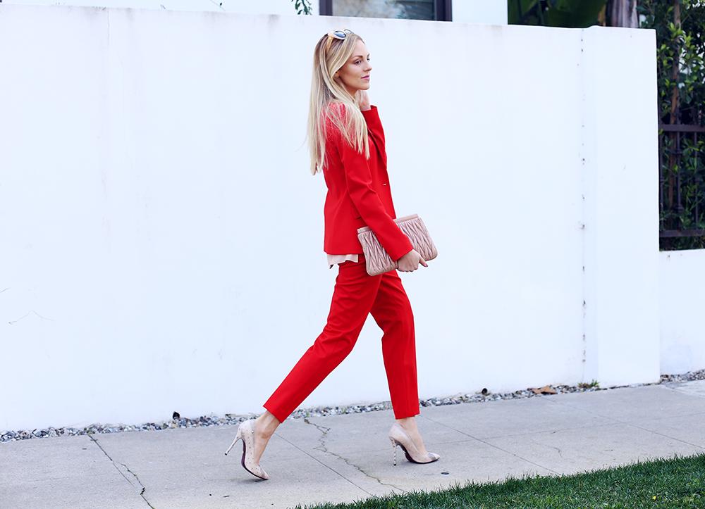 Z czym nosić czerwień? Jakie kolory pasują do czerwieni?czerwony garnitur i nude dodatki