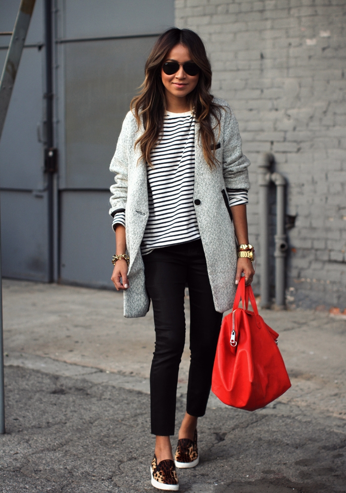 Z czym nosić czerwień? Jakie kolory pasują do czerwieni? czerwona torebka panterkowe buty szary płaszcz