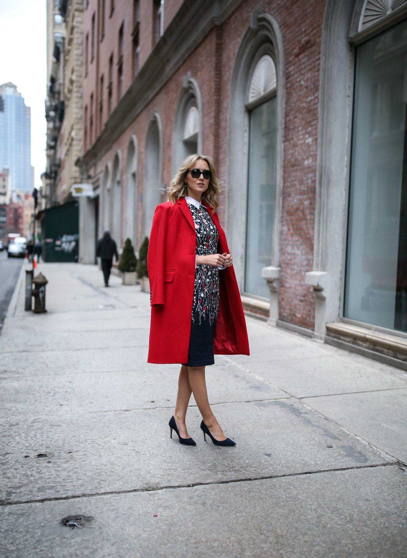 Z czym nosić czerwień? Jakie kolory pasują do czerwieni? płaszcz czerwony granatowa sukienka