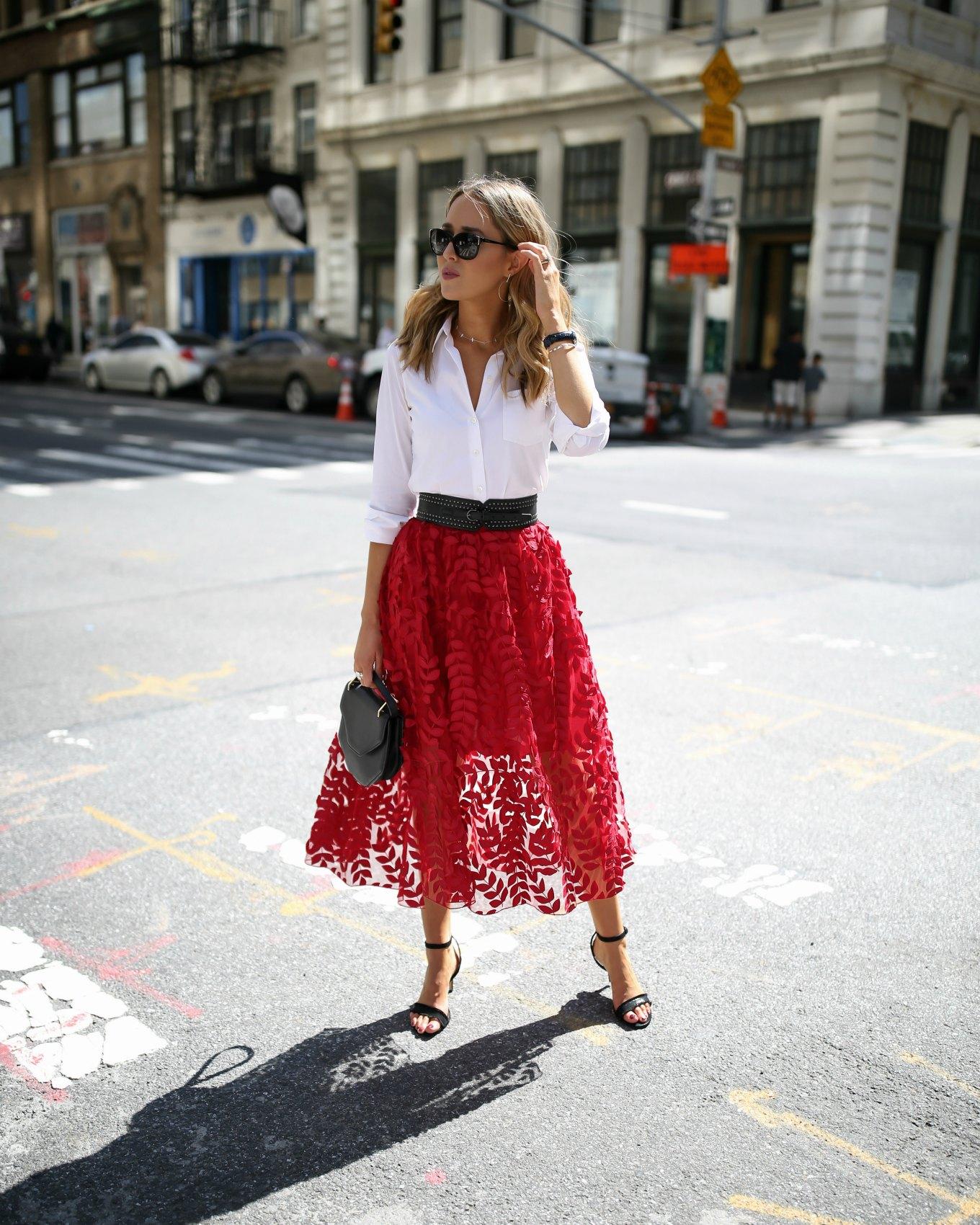Z czym nosić czerwień? Jakie kolory pasują do czerwieni? spódnica z koronki czerwona biała koszula