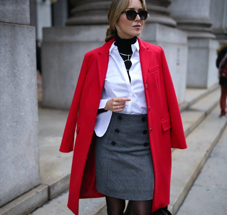 Z czym nosić czerwień? Jakie kolory pasują do czerwieni? szara spódnica czerwień biel