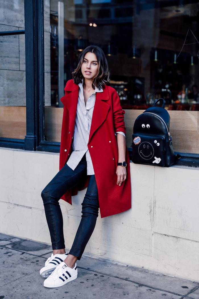 Z czym nosić czerwień? Jakie kolory pasują do czerwieni? czarny plecak czerwony płaszcz