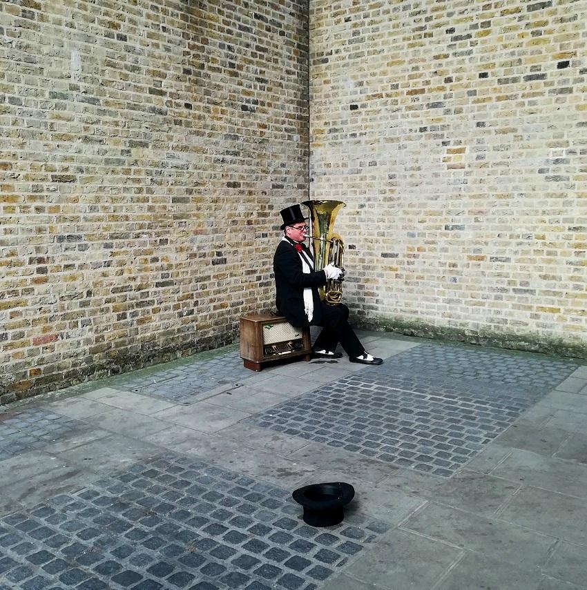Za co kocham Londyn? 10 powodów do tego, aby zwiedzić Londyn. artysta uliczny