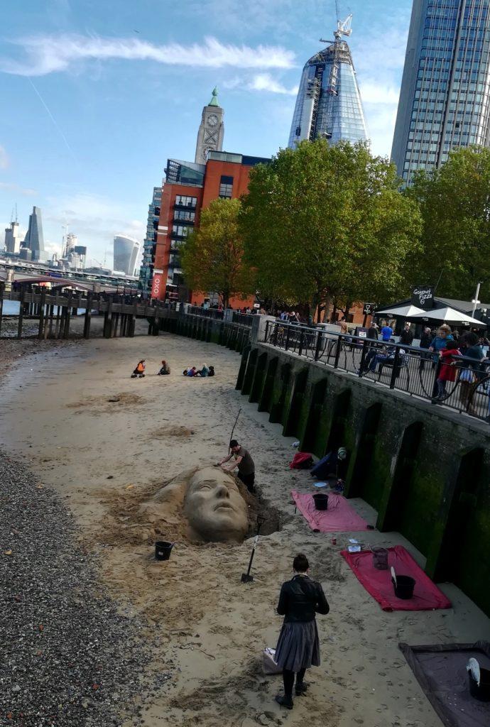 Za co kocham Londyn? 10 powodów do tego, aby zwiedzić Londyn. rzezby w piachu