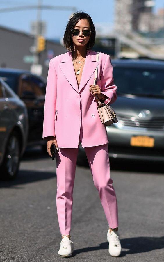 Z czym nosić róż? Intensywny, pudrowy i brudny róż w stylizacjach. pink total look