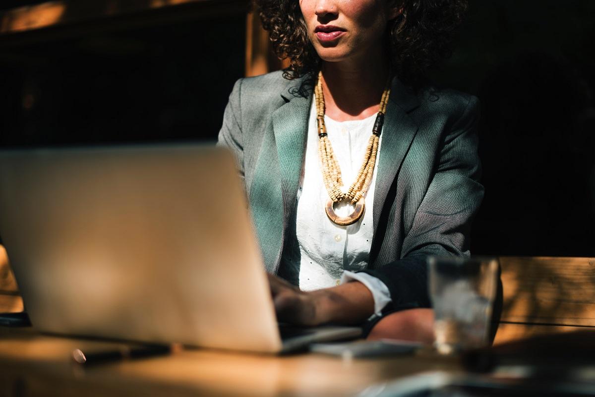 Dress code biznesowy dla kobiet i mężczyzn. stroj do biura